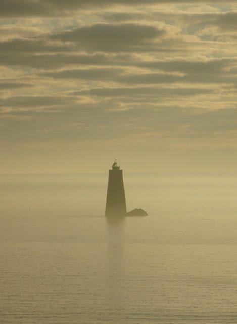 phare de Granville dans la brume