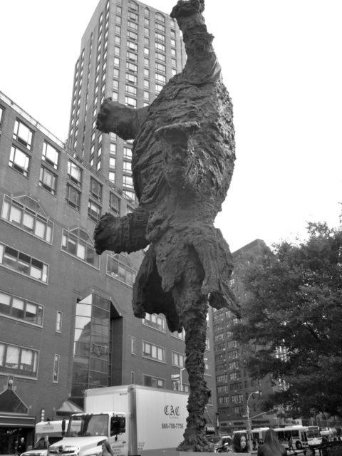 sculpture éléphant qui se balance sur sa trompe